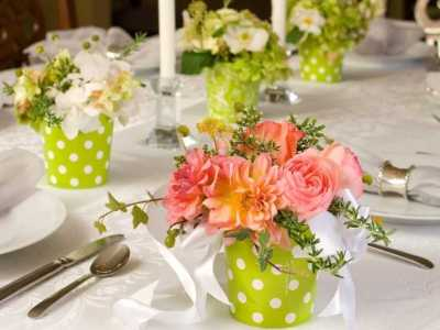 примеры украшения праздничного стола живыми цветами