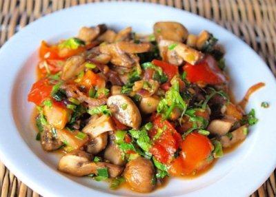 овощной салат с грибами обжаренный на сковороде