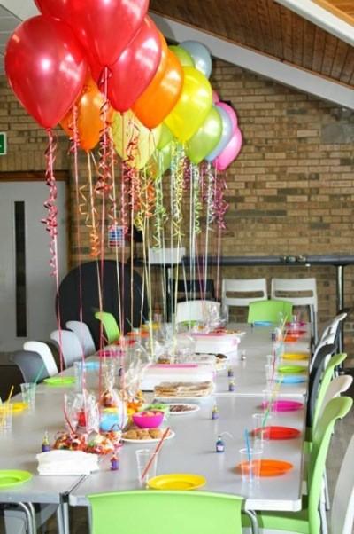 примеры украшения стола воздушными шарами