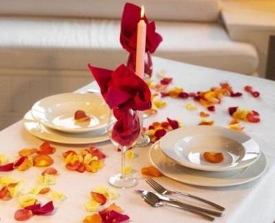 примеры использования лепестков роз для декорации стола