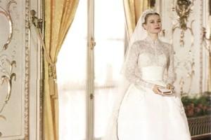 Свадебное платье Грейс Келли было и остается одним из самых красивых в истории. После ее свадьбы 19 апреля 1956 года на долгие годы стало образцом изысканности и элегантности. Чем наряд так привлекает Свадебное платье Грейс Келли напоминает стиль эпохи возрождения, когда в моде были пышность и помпезность. Оно не похоже ни на какое другое. Это платье – произведение искусства, поскольку выполнено очень сложным образом. Широкий пояс подчеркивает талию, а юбка выполнена в виде колокольчика, такая форма позволяет девушке выглядеть хрупкой и нежной принцессой. Повторить в изготовлении такое платье практически невозможно, но невесты всех времен пытаются сшить наряд, хоть немного напоминающий платье Грейс Келли. Свадебное платье княгини Монако Грейс Келли 1956 года Свадьба Грейс Келли, девушки из Филадельфии, оскароносной американской актрисы, и принца Монако стала настоящей сказкой и мечтой. Жители всей планеты наблюдали через экраны телевизоров этот праздник. В отличие от венчания, которое было пышным и нервным из-за толпы журналистов, гражданская церемония проходила спокойно среди родственников и близких друзей. На церемонии Грейс была в более скромном платье, но не менее красивом. Рассмотрим же платье, которое до сих пор не оставляет равнодушной практически ни одну девушку, поближе. Как выглядит на фото Шлейф свадебного платья был размером 3,2 метра. Верх и рукава полностью состоял из кружева и вышивки, которая делала швы незаметными. Спереди он застегивался на крохотные кружевные пуговички, которых было около 30 штук. Под лифом топ из шелка телесного цвета. Верхняя юбка выполнена в форме перевернутого тюльпана без складок. А пышность достигалась за счет трех нижних юбок из тафты и кружева. Фата была предельно прозрачная, чтобы лицо Грейс хорошо просматривалось. Старинное кружево для выполнения фаты было куплено в музее и расшито маленькими жемчужинами. Помимо фаты голову украшал маленький головной убор – шапочка «джульетка» из кружева. Ее украшал венок из искусственны