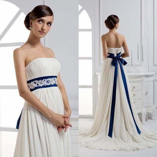 Белое свадебное платье с синим поясом
