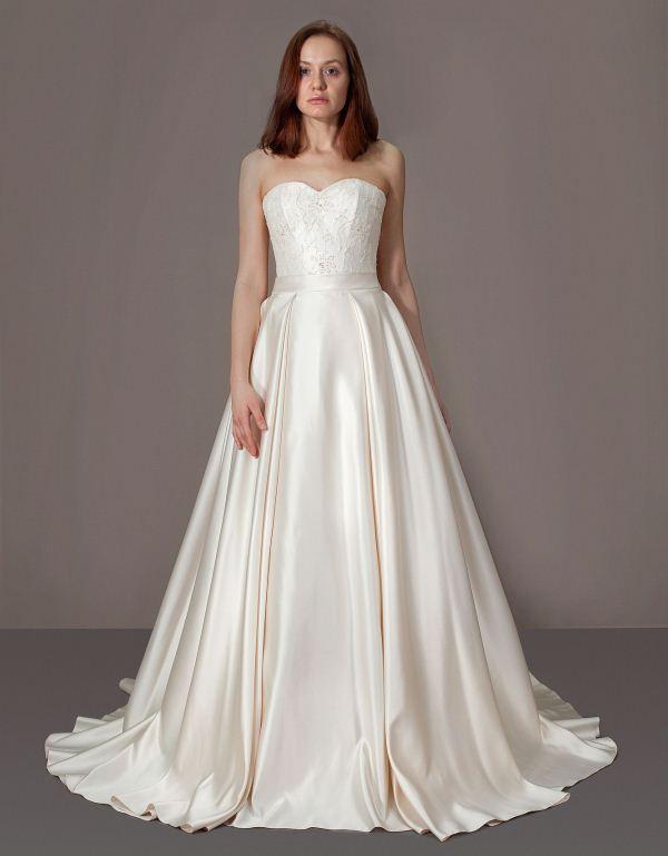 Платье с пышной атласной юбкой