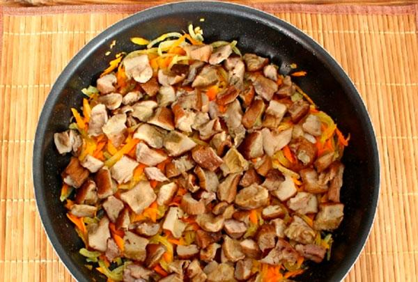 Нарежьте грибы кусочками