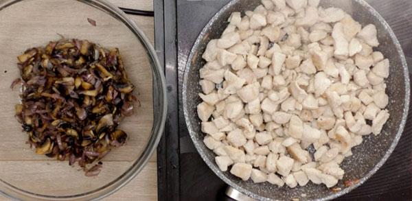 Переложите готовую курицу к грибной смеси