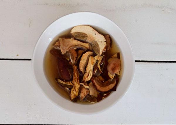 Залейте сушеные грибы водой