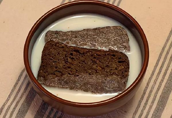Хлеб размочите в молоке