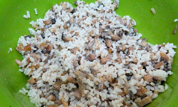Смешайте готовые грибы с рисом