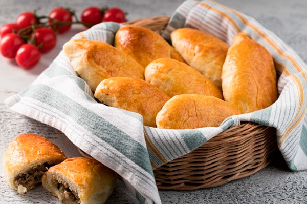 пирожки в плетеной корзинке
