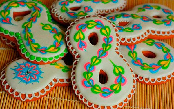 Домашнее печенье с символикой 8 марта и глазурью
