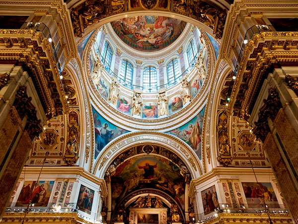 Купол внутри украшен живописными произведениями