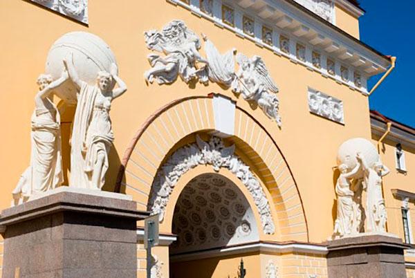Скульптуры, украшающие вход в Адмиралтейство