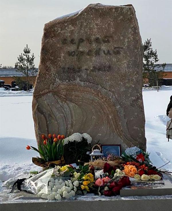 Памятник Сергею Юрскому на Троекуровском кладбище