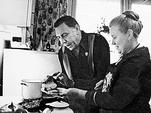 Анатолий Папанов дома с супругой