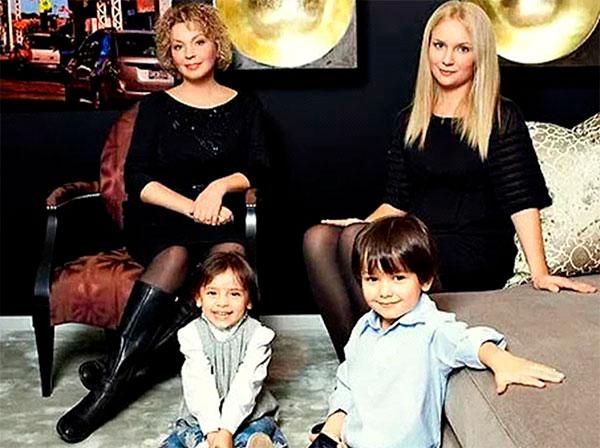 Бывшая жена актера —Татьяна Кочемасова, дочь Ольга, внуки Миша и Настя