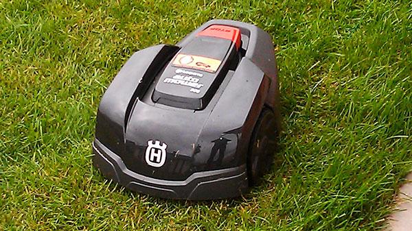 Газонокосилка-робот — незаменимая вещь в саду