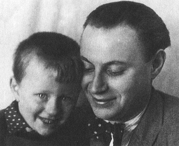 Андрей в детстве с отцом Александром Менакером