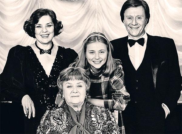 Миронов с супругой Ларисой Голубкиной, падчерицей Машей и мамой