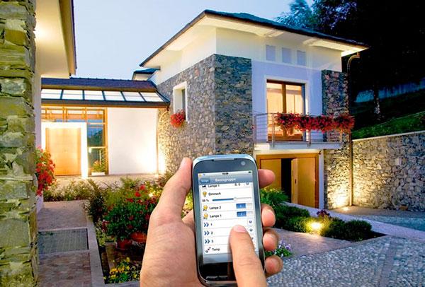 С помощью смартфона возможно на расстоянии открыть двери, выключить свет, опустить шторы