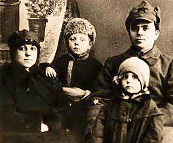 Семья Папановых: Елена Болеславовна, Толя, Дмитрий Филиппович и Нина