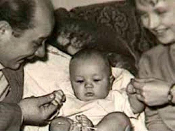 Леонов с супругой и маленьким сыном