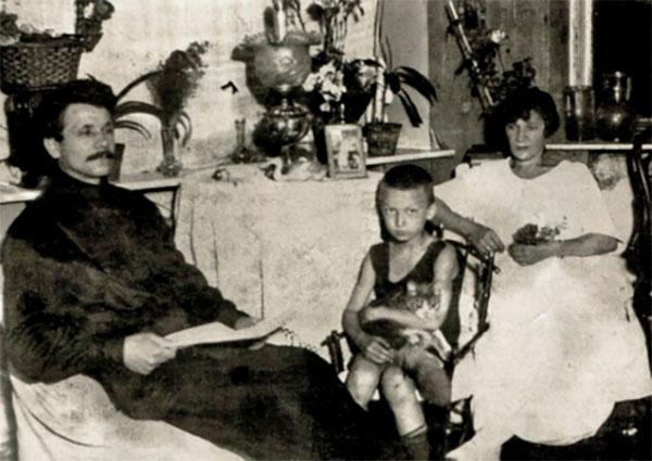 Маленький Гоша с родителями