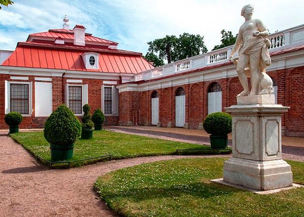 У дворца Монплезир
