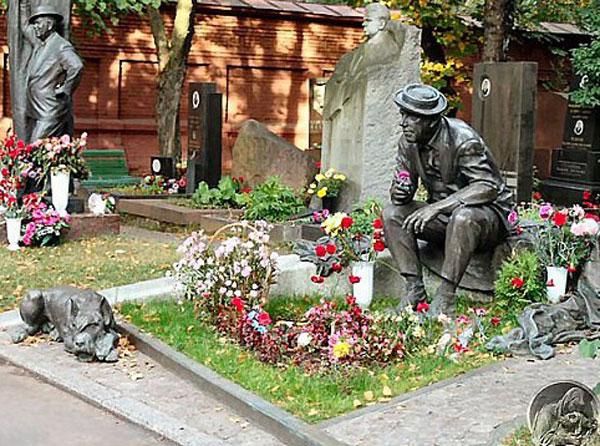 Памятник на могиле Никулина