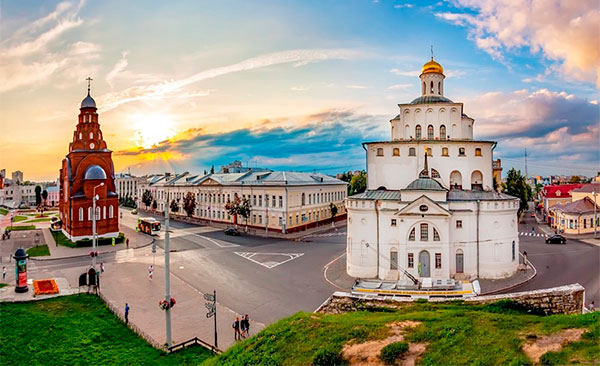 Вид на площадь и Золотые ворота во Владимире