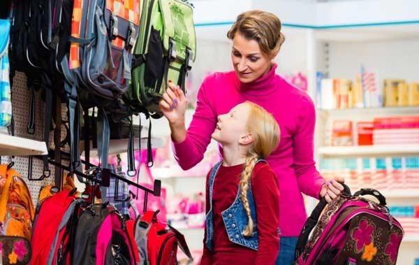 Детей привлекают школьные сумки ярких расцветок