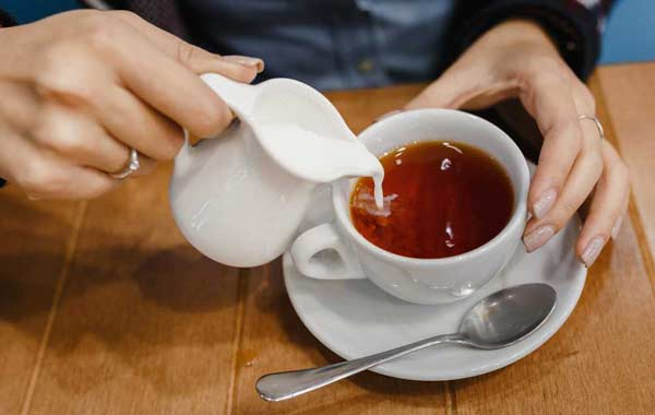 Не стоит добавлять молоко в чай