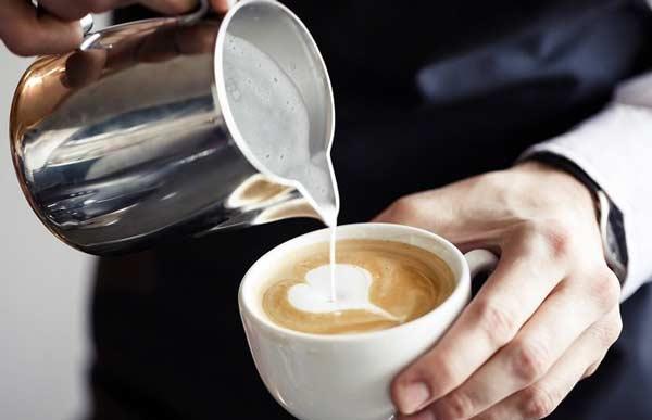 Кофе с молоком пьют маленькими порциями