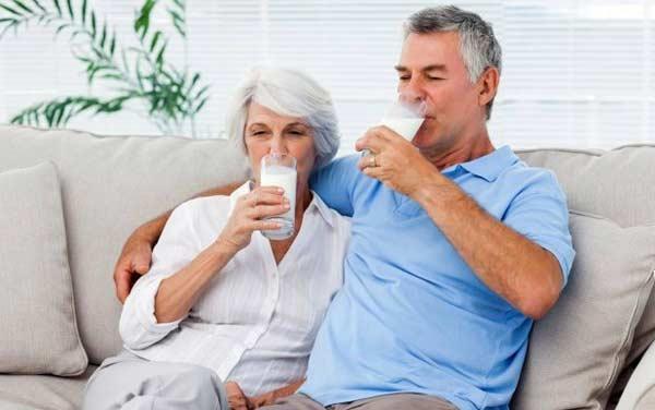 Пожилым людям нельзя пить молоко