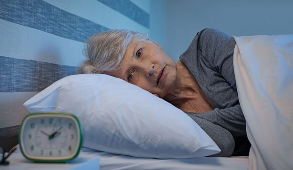 Пожилым женщинам часто трудно уснуть