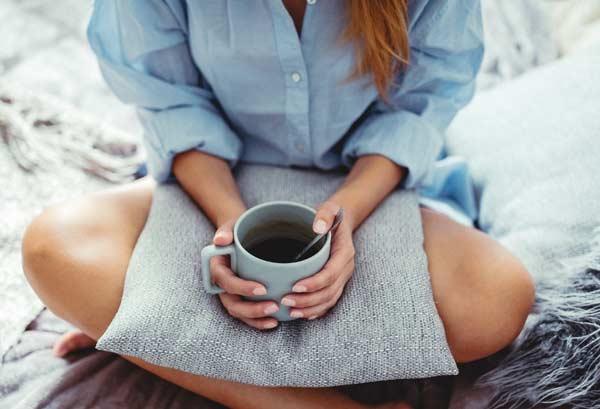 Женщины любят просыпаться и сразу пить кофе