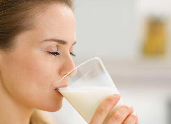 Взрослым людям молоко полезно, когда нет противопоказаний
